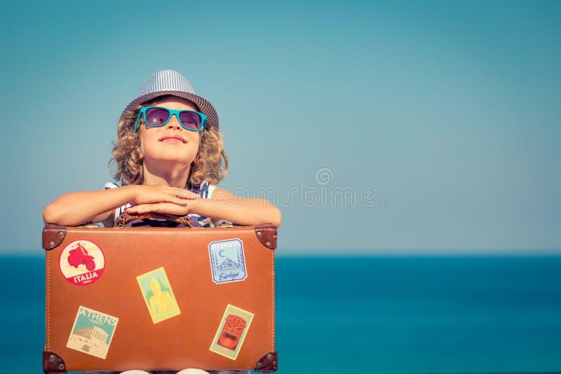 Barnet tycker om en sommarsemester på havet arkivbilder