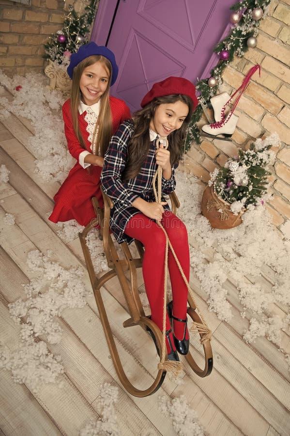 Barnet tycker om ferien Julgran och presents lyckligt nytt ?r Vinter xmas-online-shopping Isolerat p? vit bakgrund _ arkivbild
