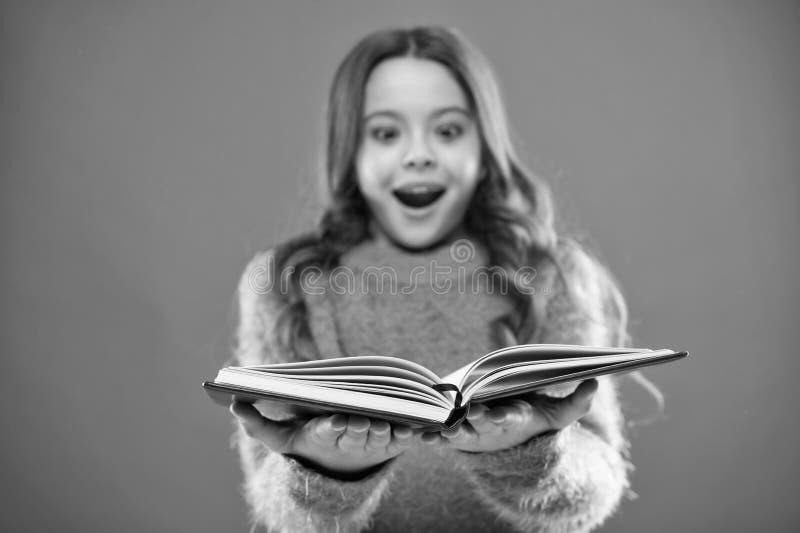Barnet tycker om l?seboken Begrepp f?r boklager Underbara fria tillg?ngliga barns b?cker att l?sa Barns litteratur arkivfoton