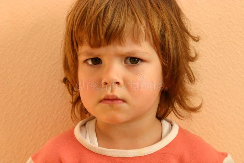 barnet vänder s mot royaltyfria foton