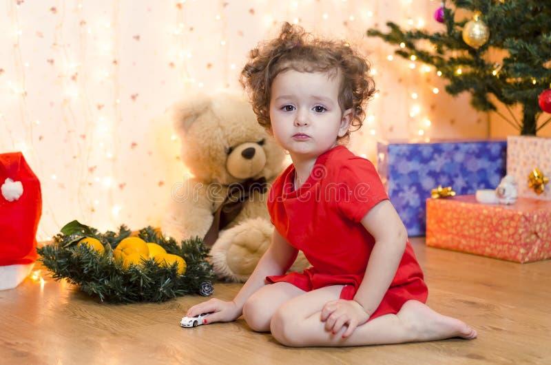 Barnet väntar på ett mirakel inför nyåret och julen royaltyfria foton