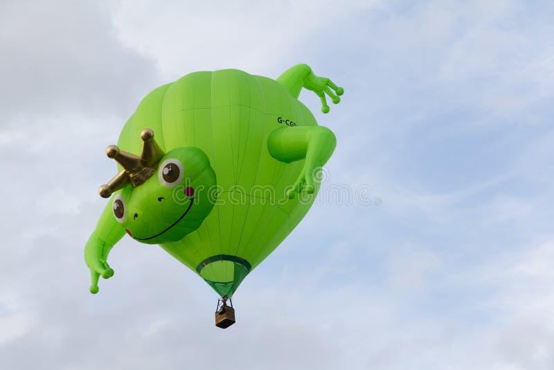 BARNEVELD NEDERLÄNDERNA - AUGUSTI 28: Färgrika luftballonger ta royaltyfri fotografi