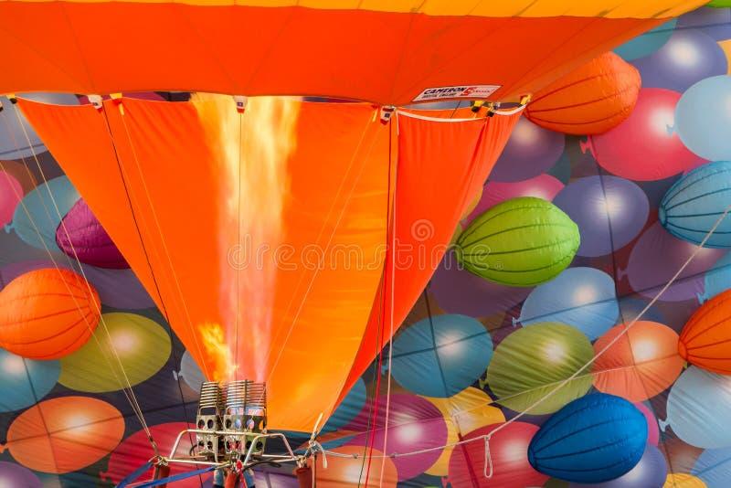 BARNEVELD NEDERLÄNDERNA - AUGUSTI 28: Färgrika luftballonger ta arkivfoton