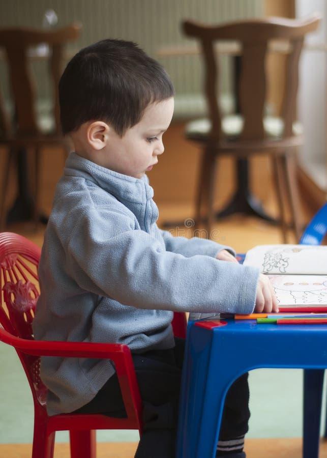 Barnfärgläggning royaltyfria foton