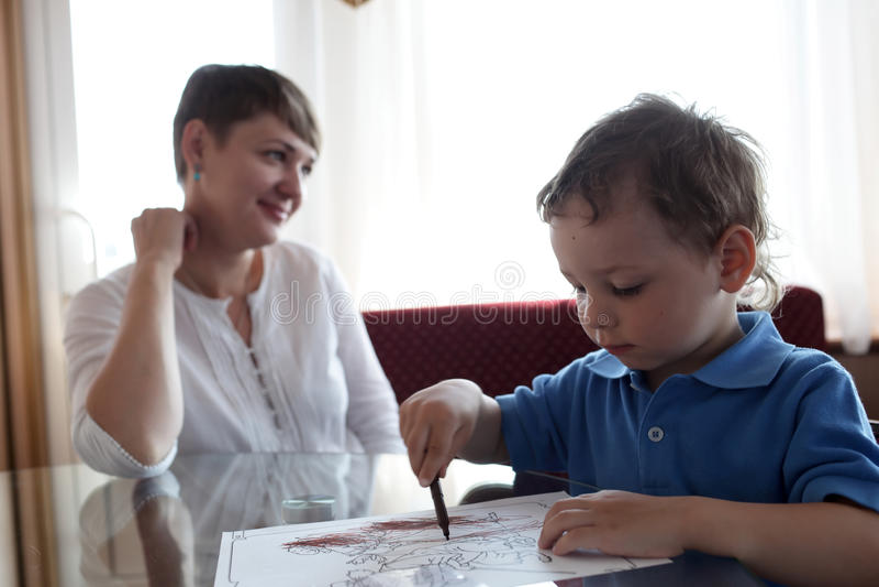 Barnfärgläggningmålarfärger arkivbilder