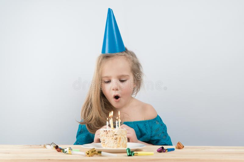 Barnfödelsedag Kaka feriefödelsedagkort royaltyfria bilder