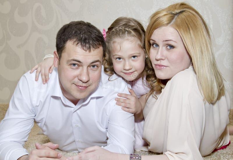 Barnföräldrar med en dotter arkivfoton