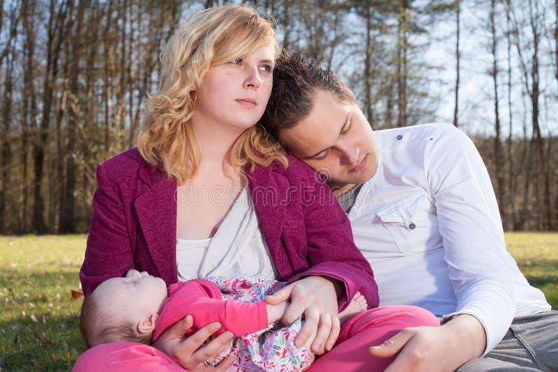 Barnföräldrar som tycker om deras tid royaltyfri fotografi