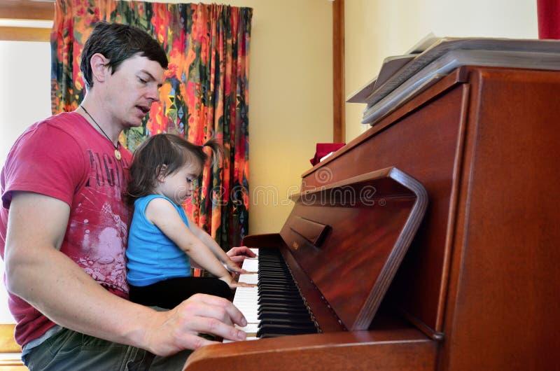 barnfader hans musikspelrum royaltyfri bild