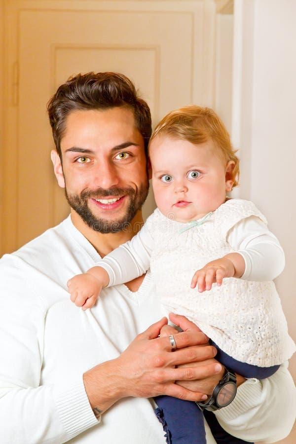 Barnfader med den lilla dottern royaltyfri fotografi