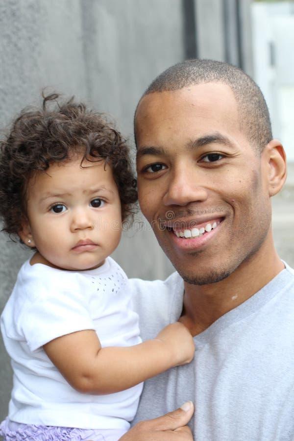 Barnfader och hans dyrbara krama för liten flicka arkivbilder