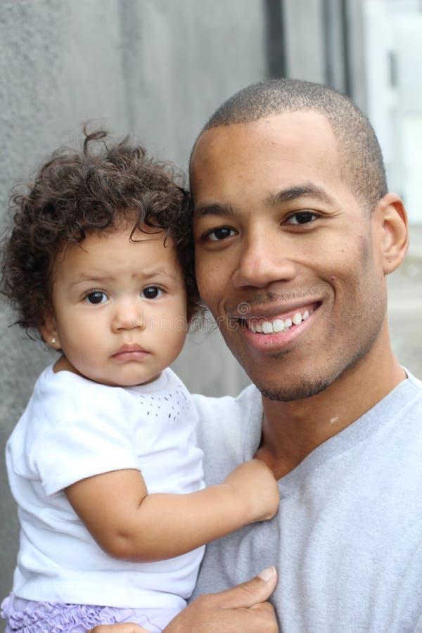 Barnfader och hans dyrbara krama för liten flicka arkivbild