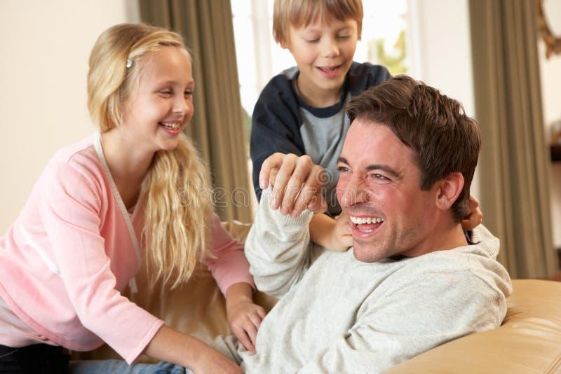 barnfadergyckel som har sofabarn royaltyfri foto