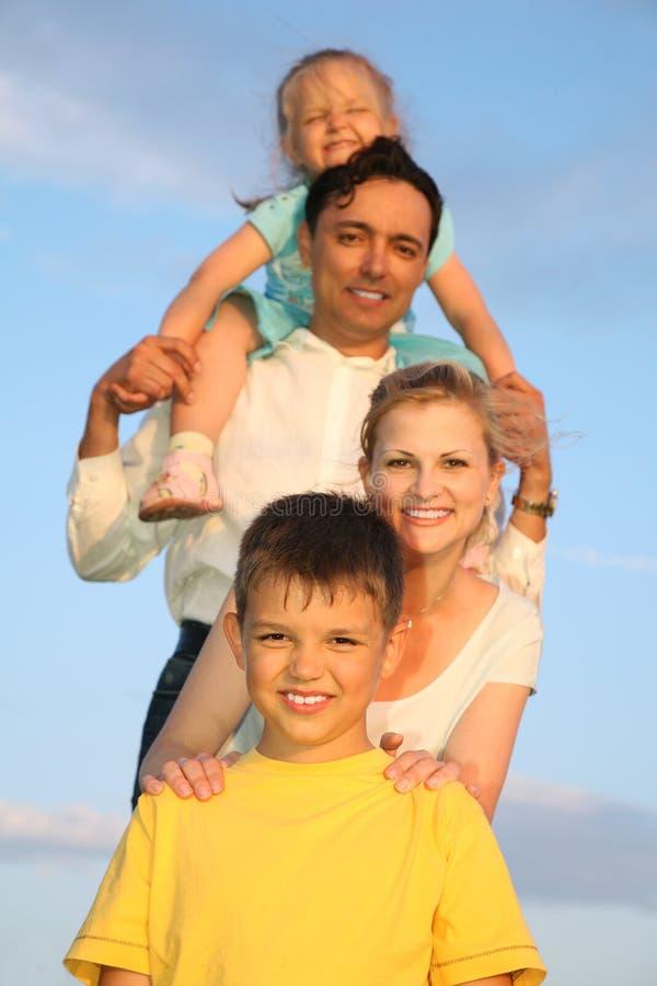 barnfamilj arkivbild