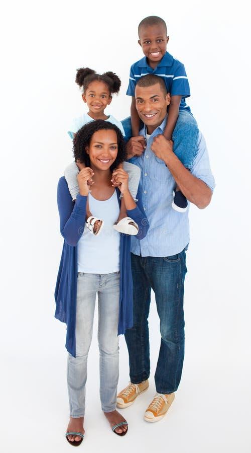 barnfamilj som på ryggen ger ritt royaltyfri bild
