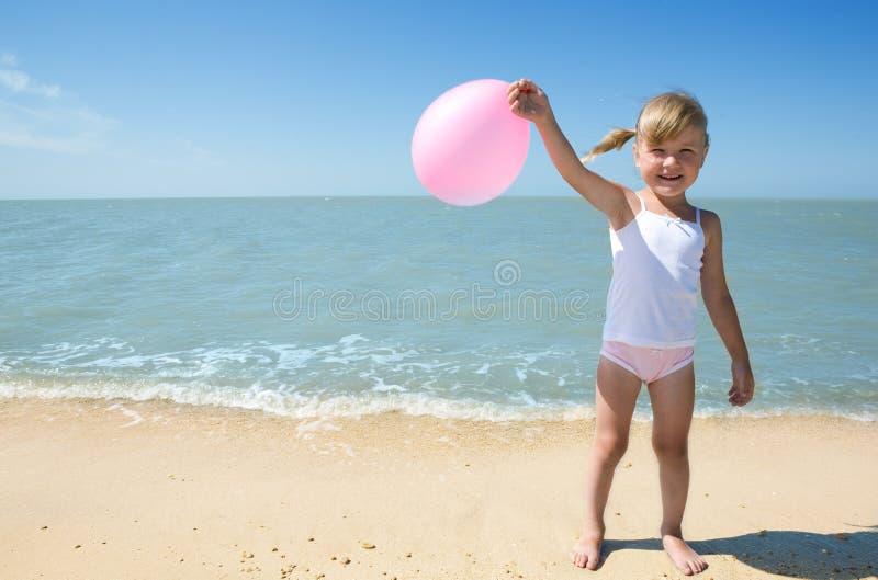 barnflicka little hav arkivbilder
