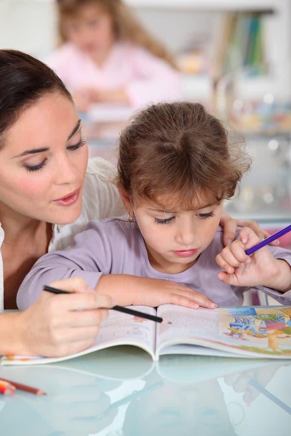 Barnflicka och liten flicka arkivbild