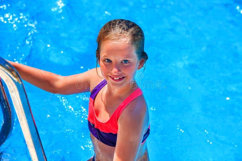 Barnflicka som kommer ut ur simbassäng royaltyfri fotografi