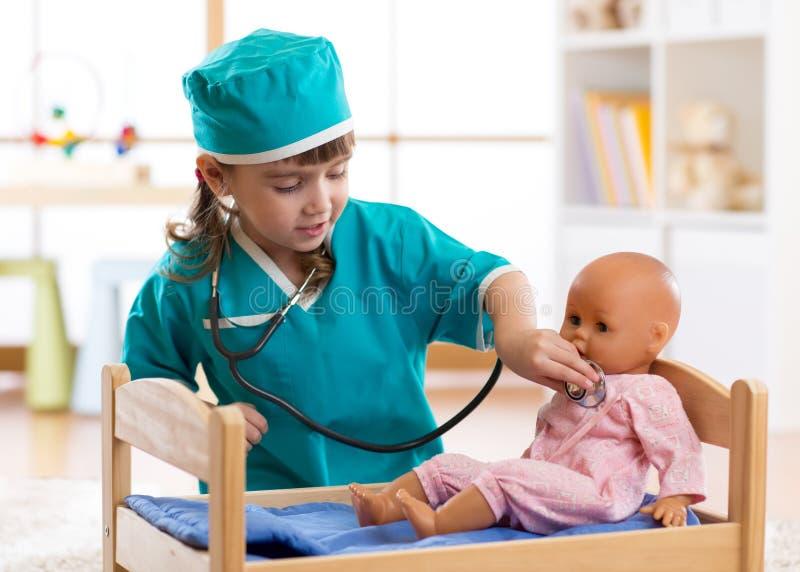 Barnflicka som spelar med dockan i sjukhuset fotografering för bildbyråer