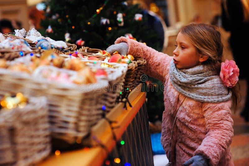 barnflicka som väljer julgåvor arkivbilder