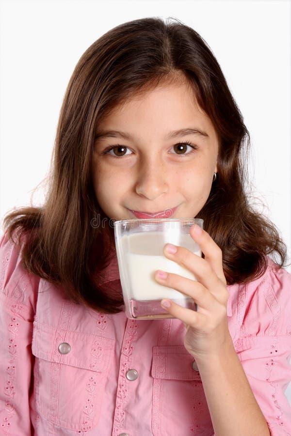 barnflickaexponeringsglas mjölkar barn fotografering för bildbyråer