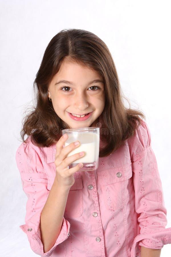 barnflickaexponeringsglas mjölkar barn arkivfoton