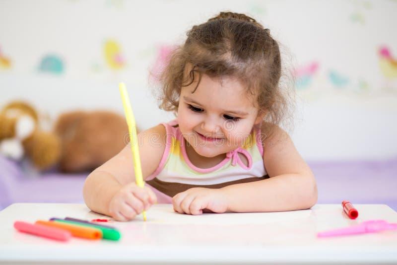 Barnflickateckning vid pennan royaltyfria bilder
