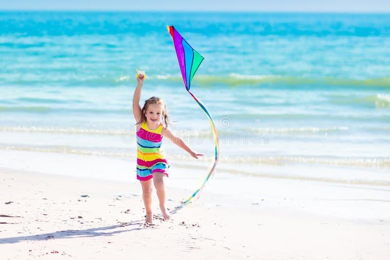 Barnflygdrake på den tropiska stranden arkivfoto