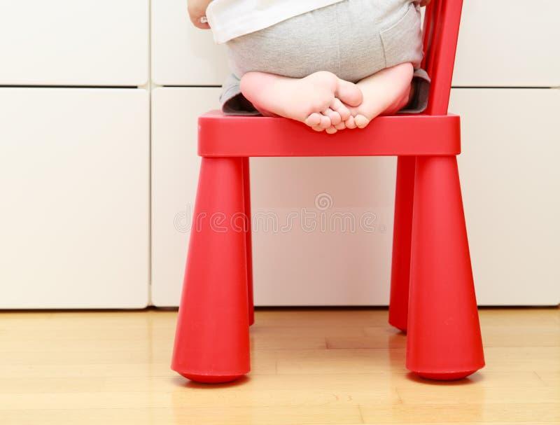 Barnfoten behandla som ett barn på stol, hem- säkerhetsbegrepp för ungar royaltyfri foto