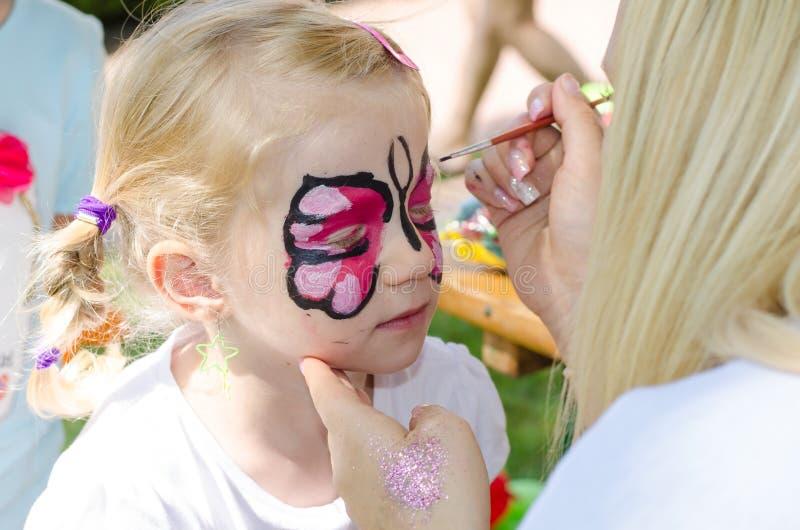 barnframsidan gör målning upp arkivfoto