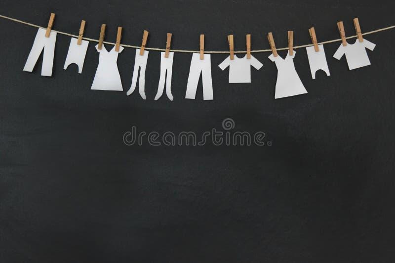 Barnframställning som torkar kläder arkivfoto