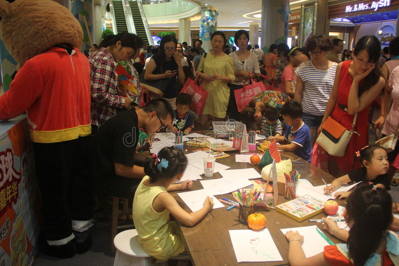 Barngrafittikonkurrensen i SHENZHENEN Tai Koo Shing Commercial Center royaltyfri foto