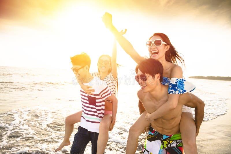 Barngruppspring på stranden arkivfoto
