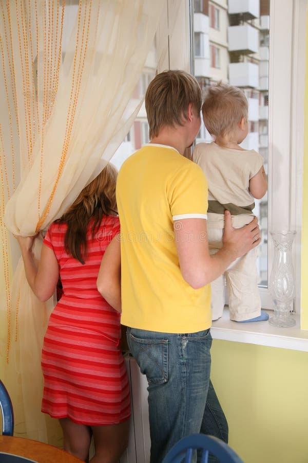 barnhänder ser förälderfönstret royaltyfria bilder
