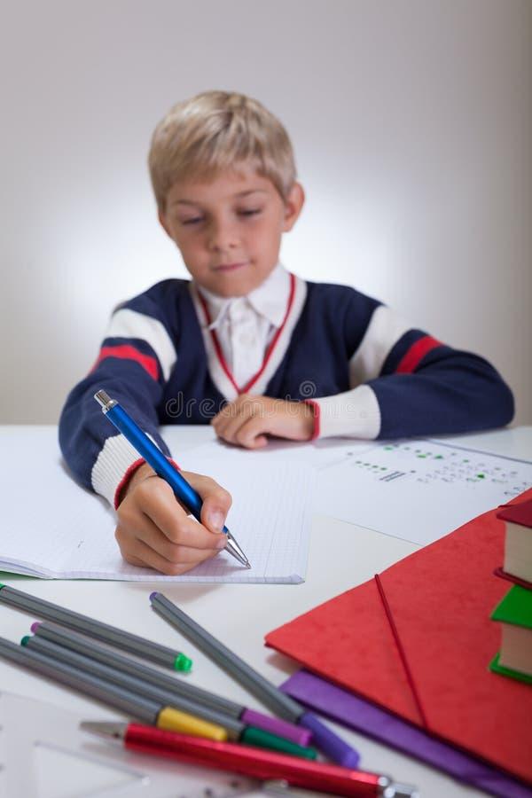 Barnhandstil i anteckningsbok fotografering för bildbyråer