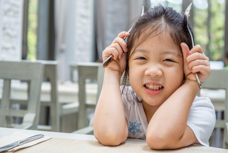 Barninnehavsked och gaffel arkivfoto