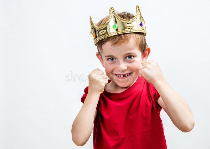 Barninställningen och tandvård för le spolierade pojken fotografering för bildbyråer