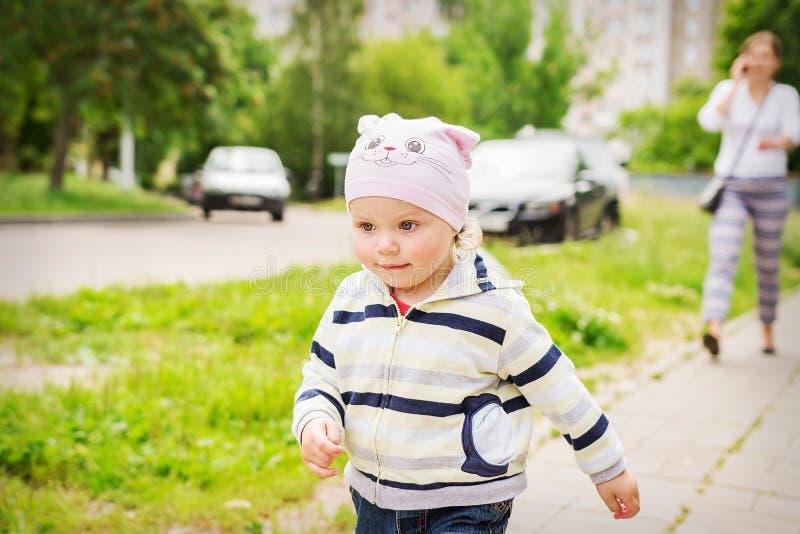 Barnkörningar i väg från föräldrar Ouppmärksamhet av föräldrar till barn royaltyfri foto