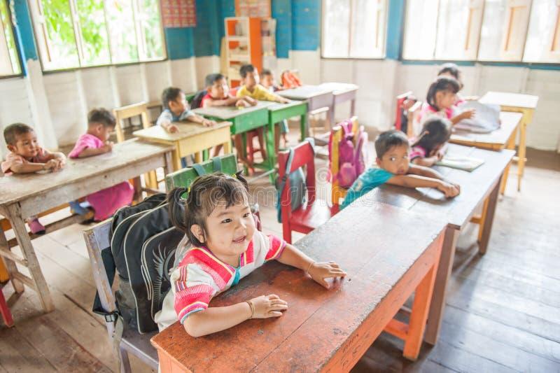 BarnKaren bärande dräkter i klassrumet, karen traditio royaltyfria foton