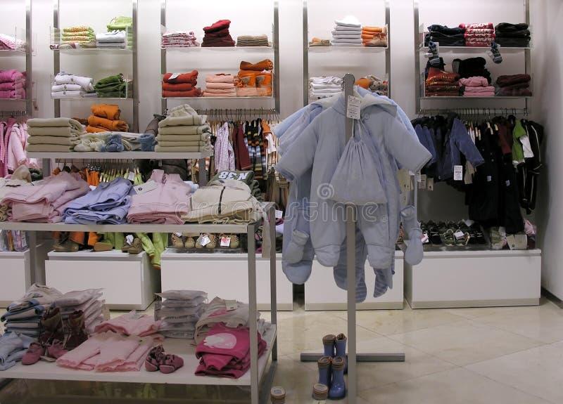 barnkläder s shoppar arkivfoton