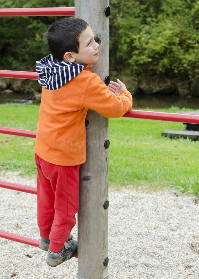 Barnklättring på lekplatsen arkivfoton