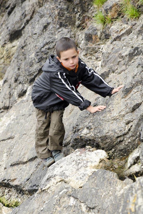 Barnklättringen vaggar i natur royaltyfri fotografi