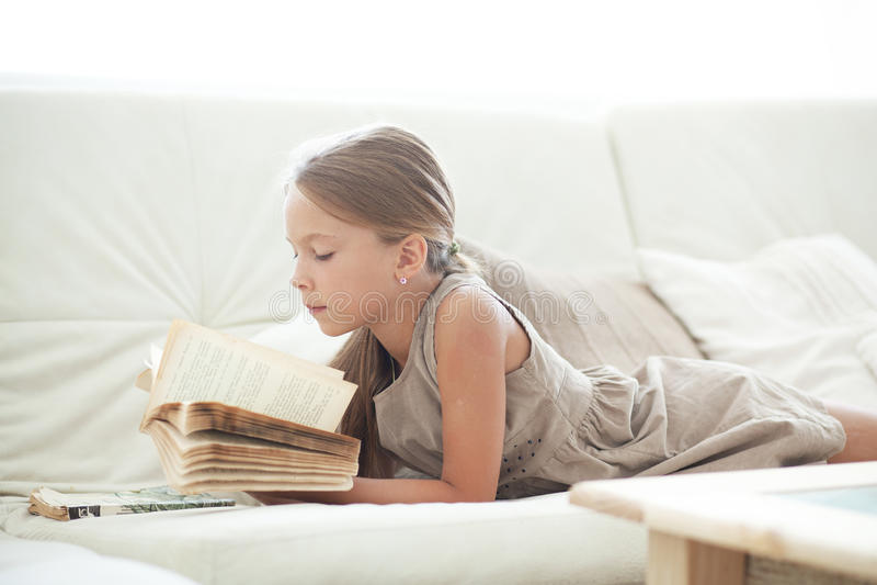 Barnläsebok royaltyfria bilder