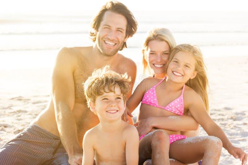 Barnleende på stranden arkivfoto