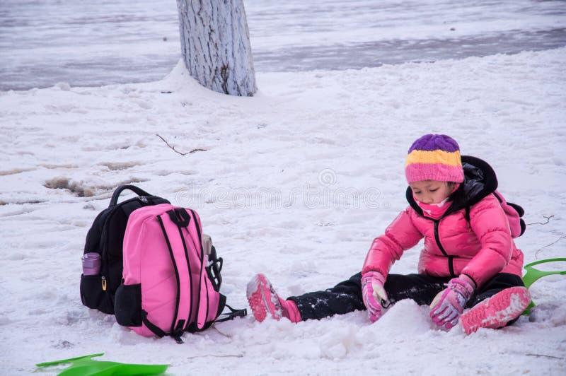 Barnlek med snö arkivfoto