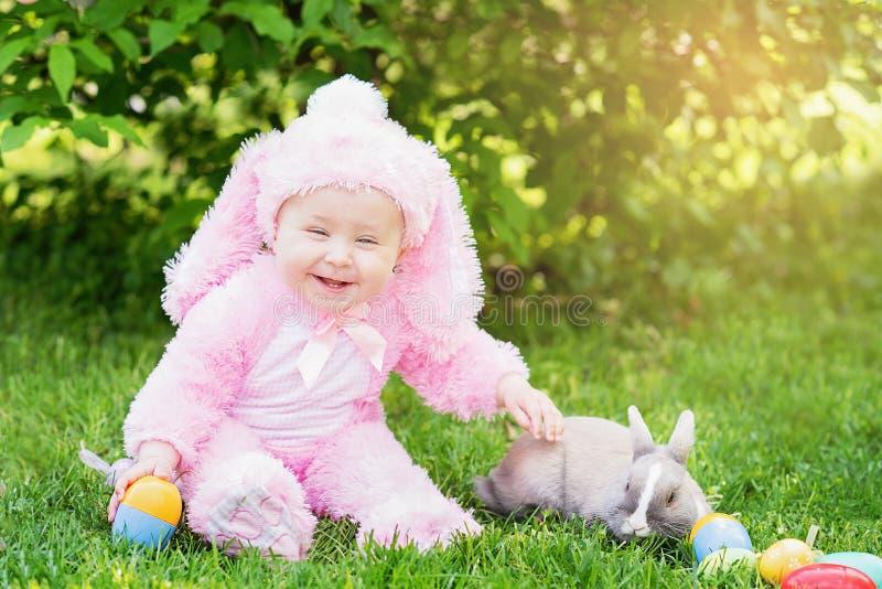 Barnlek med verklig kanin Skratta barnet p? p?sk?gget jaga med den ?lsklings- kaninen arkivfoto