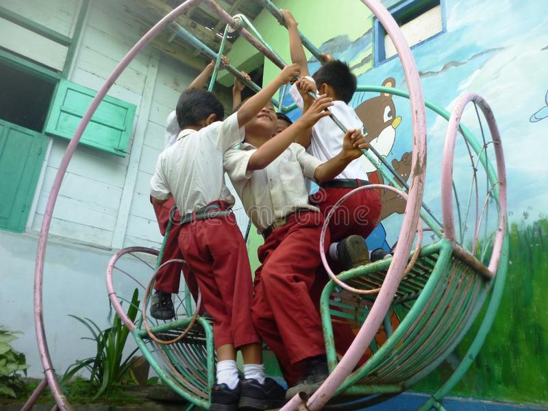 Download Barnlek på skolasidan redaktionell arkivbild. Bild av grupp - 37347447