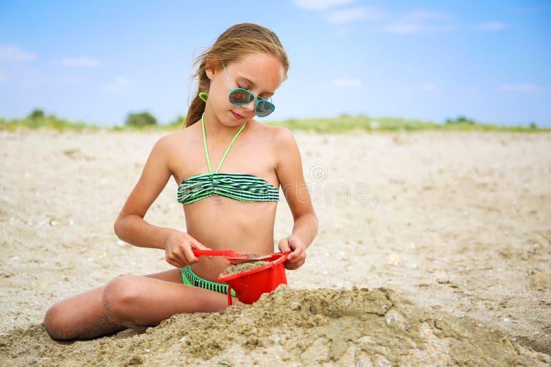 Barnlekar med sand på stranden fotografering för bildbyråer