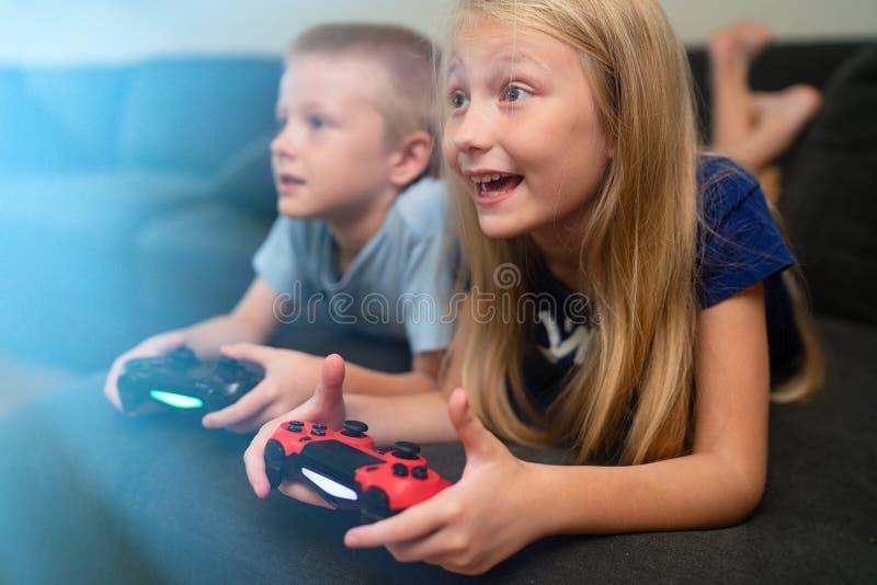 barnlekar som leker videoen arkivfoto