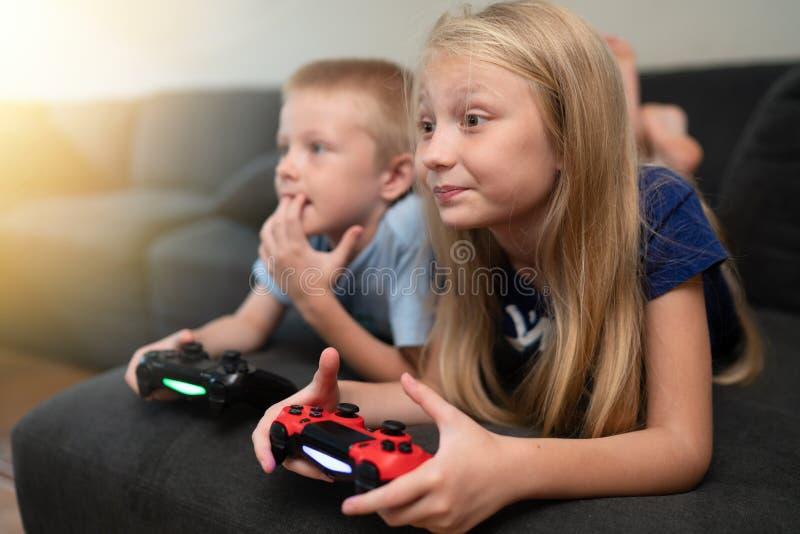 barnlekar som leker videoen arkivfoton
